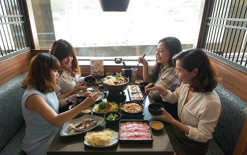 Các thực khách tận hưởng bữa ăn tại quán