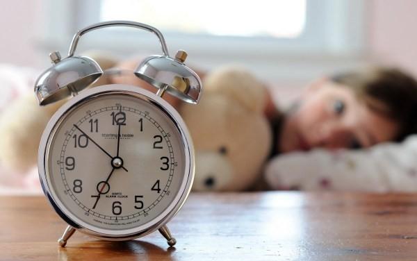Đặt đồng hồ báo thức ra xa giường ngủ