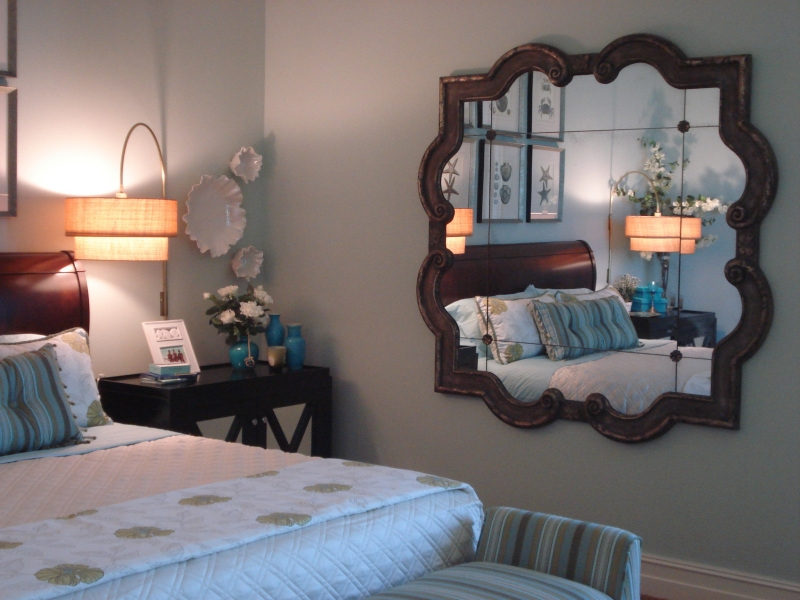 Không đặt gương đối diện với giường ngủ