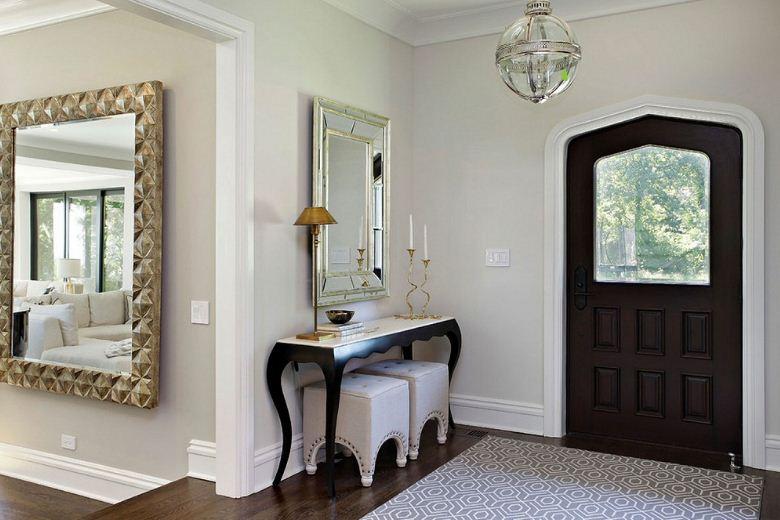 Đặt gương phía trên lò sười hoặc ở lối vào căn nhà