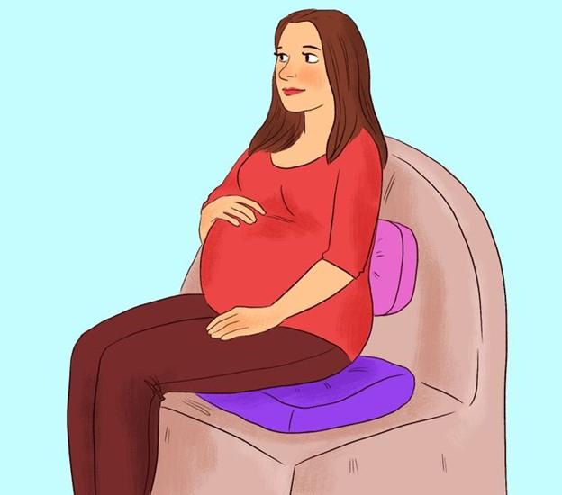 Đặt một tấm đệm hoặc gối chắc chắn bên dưới mông và lưng dưới của bạn khi ngồi trên ghế