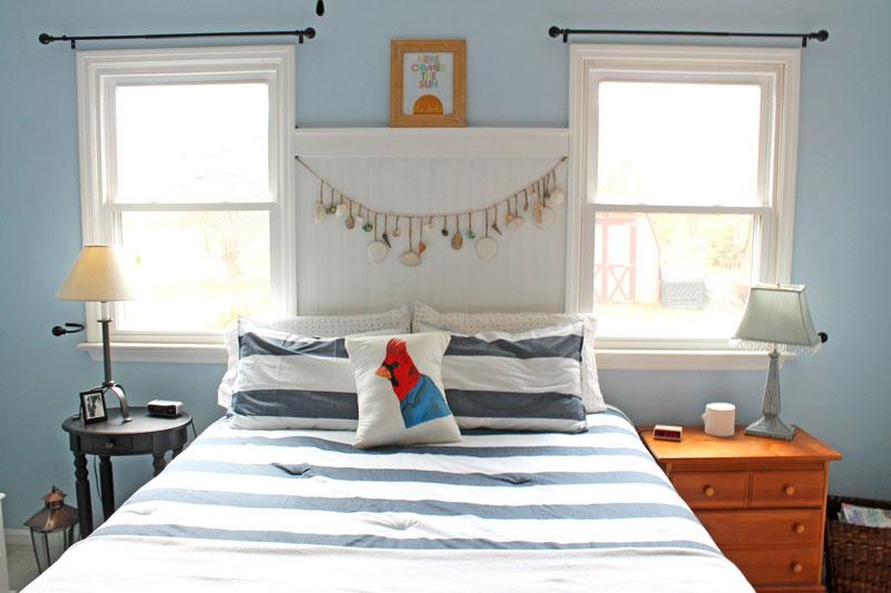 Đầu giường có cửa sổ