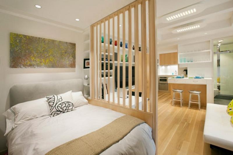Chia phòng ngủ với khu vực nấu ăn bằng vách ngăn màu gỗ.