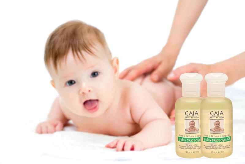 Dầu massage thẩm thấu hoàn toàn khi được thoa trên da em bé và không hề bị nhờn dính trên da