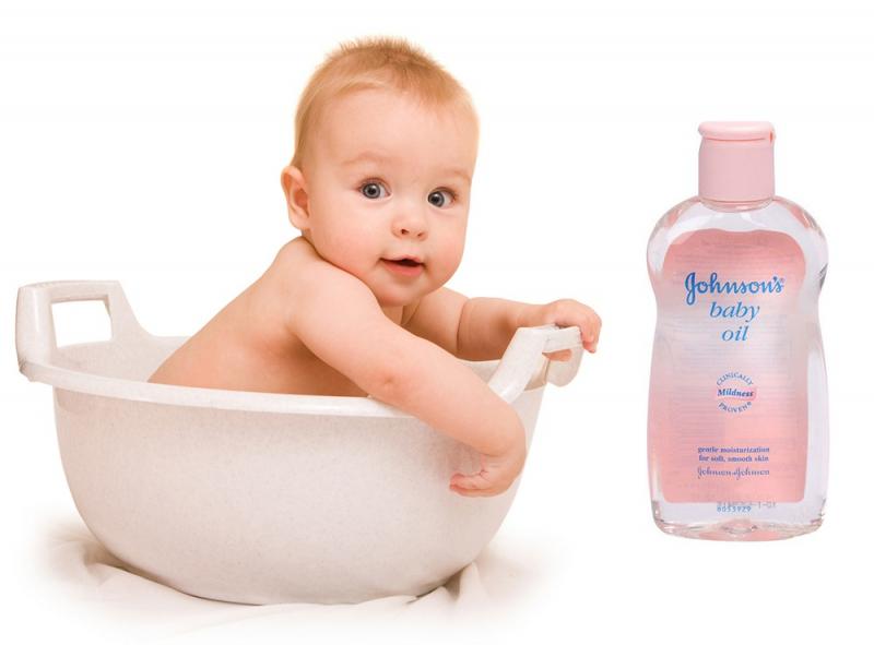 Johnson's baby Oil được làm từ dầu khoáng tinh khiết nên cũng rất thích hợp để mát-xa cho bé trước và sau khi tắm giúp làm và giữ ấm cho cơ thể.