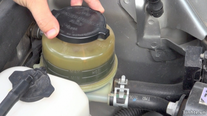 Kiểm tra dầu phanh cho oto