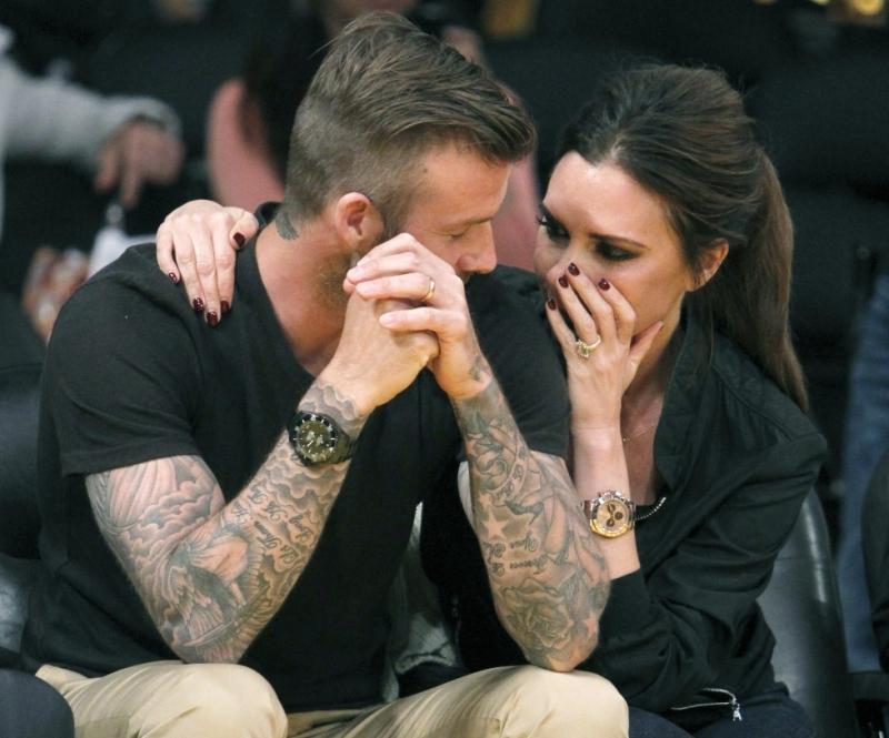 2 vợ chồng cùng nhau xem một trận bóng rổ