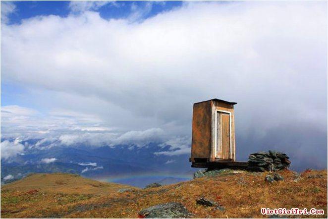 Toilet nằm cheo leo bên vách núi.