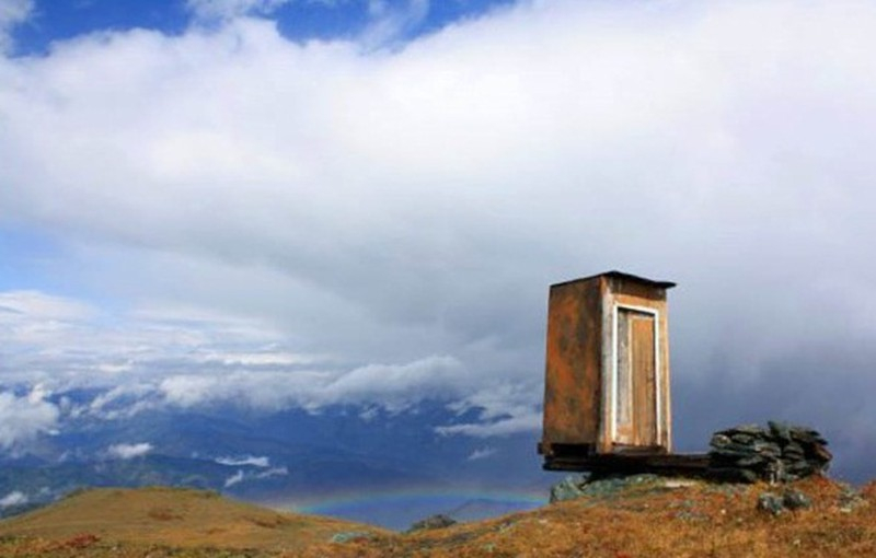 Toilet nằm cheo leo bên vách núi