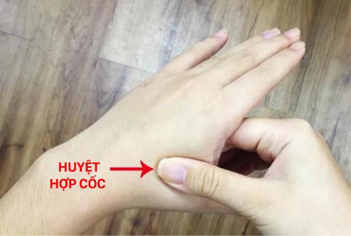 Luân phiên day ấn huyệt hợp cốc ở hai bàn tay, giúp thúc đẩy tuần hoàn máu của cơ thể.