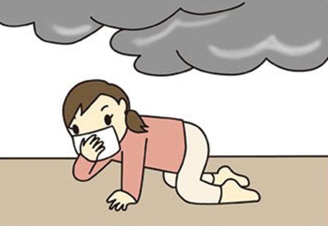 Dùng khăn nhúng nước bịt mũi và nhanh chóng bò khỏi đám cháy.