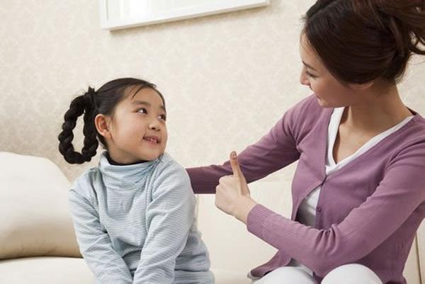 Khi biết cách lắng nghe, trẻ sẽ học được cách kiềm chế sự nóng giận.
