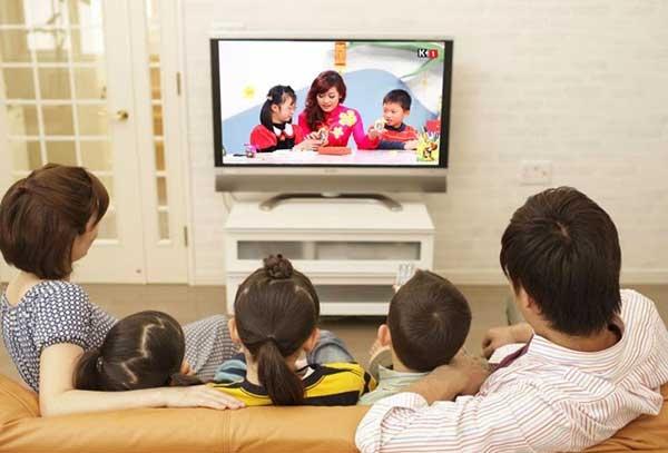 Cùng nhau xem ti vi và trò chuyện.