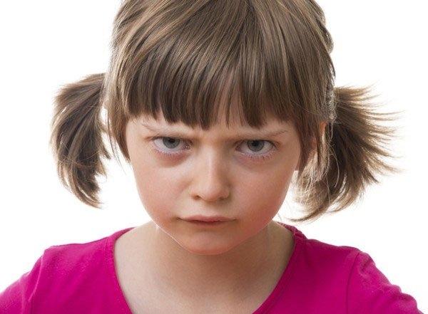 Cha mẹ cần dạy con cách phân biệt các trạng thái cảm xúc.