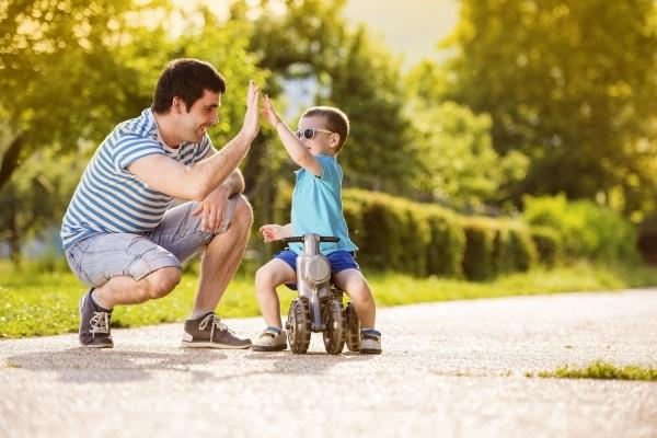 Cha mẹ nên chơi cùng con mỗi ngày và dạy bé cách xử lí tình huống nguy hiểm.