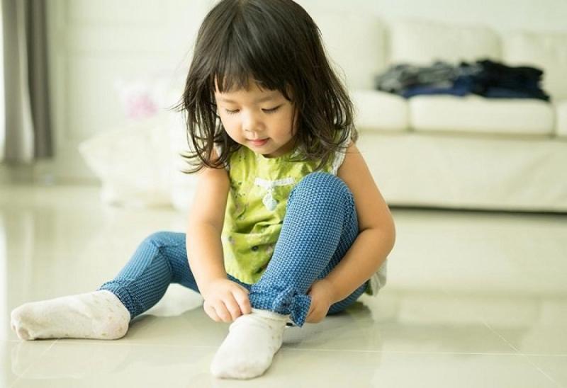 Dạy con tự lập bằng cách để trẻ tự mặc quần áo hàng ngày