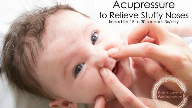 Nếu trẻ nhà bạn bị tắc mũi hay chảy nước mũi thì hãy dùng đầu ngón tay day bấm vào huyệt Nghinh Hương