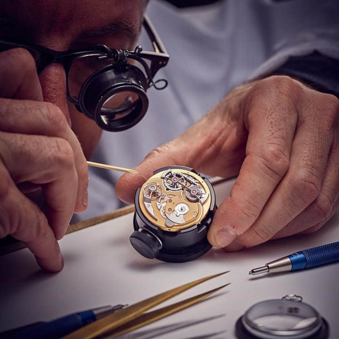 Thực hành sửa chữa trực tiếp các đồng hồ của khách hàng dưới sự hướng dẫn giáo viên kỹ sư nhiều kinh nghiệm và tận tâm với nghề