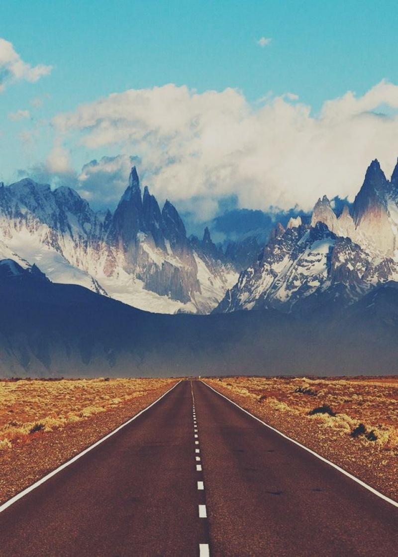 Con đường biến mất sau những dãy núi cao chót vót