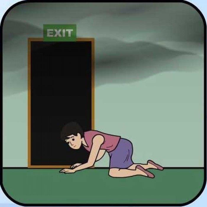 Lấy vải ướt chén kín các khe cửa để ngăn không cho khói luồn vào phòng.