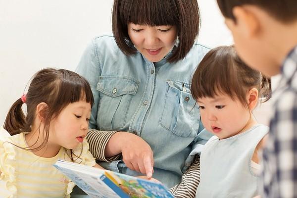Cha mẹ dạy trẻ thói quen tra cứu, ham học hỏi