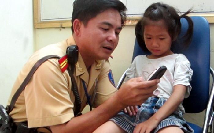 Hãy dạy trẻ học thuộc lòng số điện thoại người thân đề phòng trường hợp bị lạc