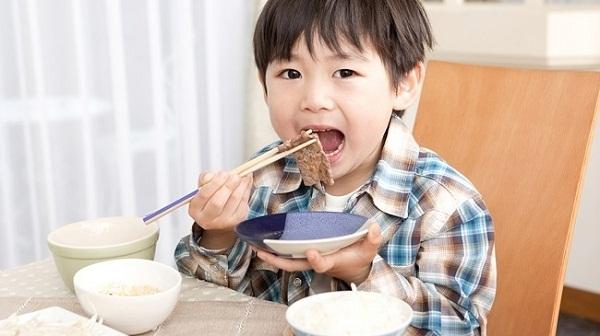 Cha mẹ Nhật dạy trẻ khuôn phép ngay cả trong bữa ăn