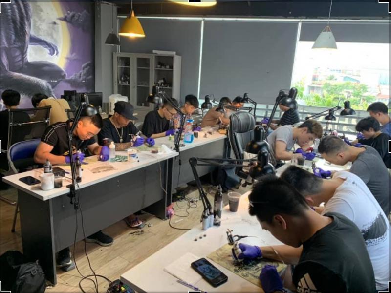 Một góc lớp đào tạo nghề xăm hình được trực tiếp Artist Triệu Việt Anh giảng dạy