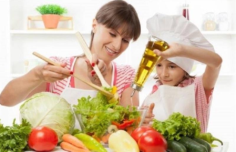 Bé tập làm đầu bếp cùng mẹ.