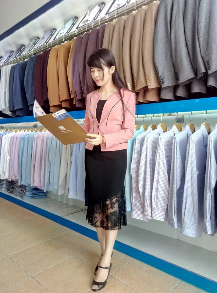 Cô nhân viên bán hàng tươi tắn đồng thời là người mẫu khi cần thiết