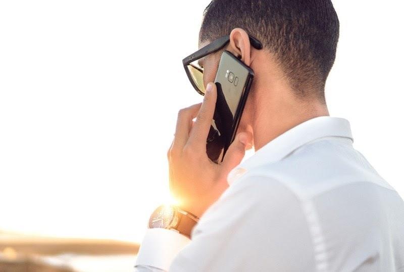 Để điện thoại sát tai khi đàm thoại