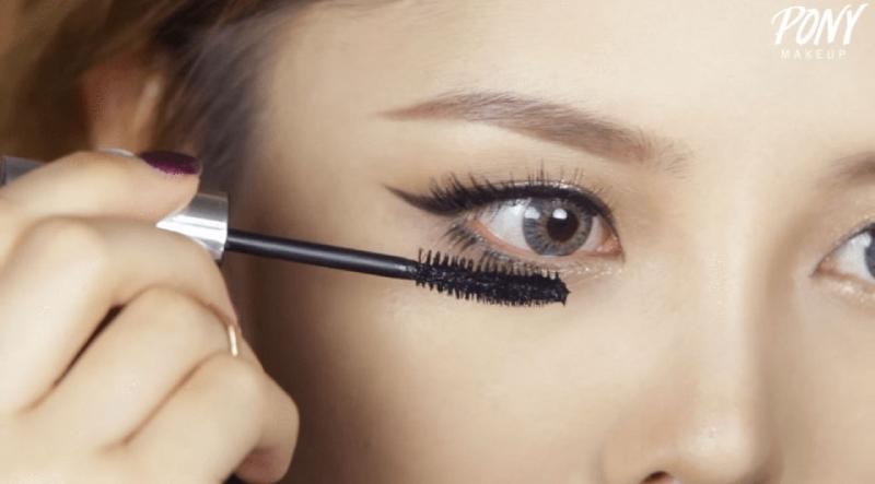 Bạn nên lau sạch phần mascara thừa trên đầu cọ