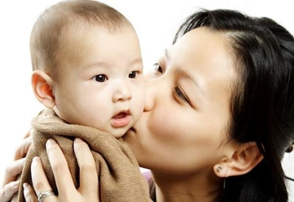 Để nhiều người ôm hôn trẻ
