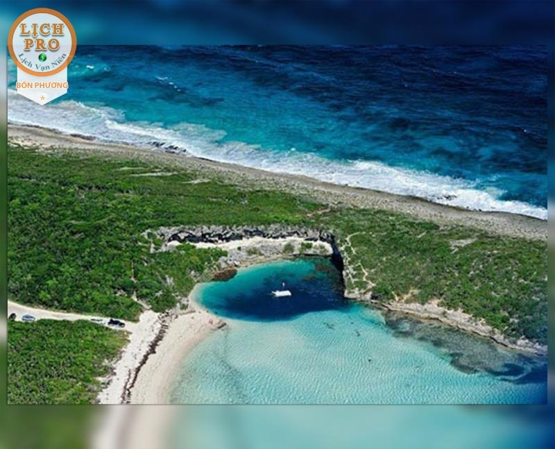 Hố nằm trong một vịnh nhỏ và là một trong những địa điểm nổi tiếng nhất thế giới với người mê lặn biển