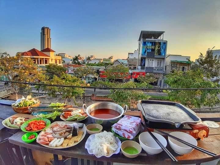 View nhìn từ sân thượng của quán Delio House