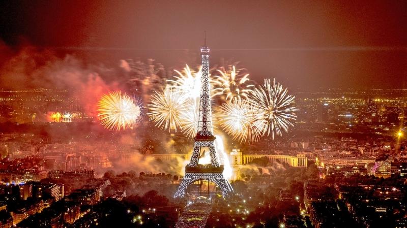 Người dân Pháp đón năm mới bằng rượu.