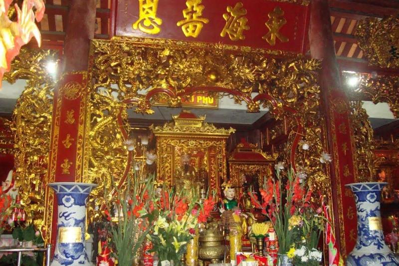 Bên trong đền Cặp Tiên