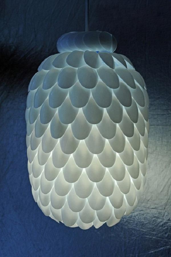 Lắp thêm đèn vào bên trong là bạn đã có một chiếc đèn chùm độc đáo để đem khoe bạn bè rồi. Thật vô cùng đơn giản!