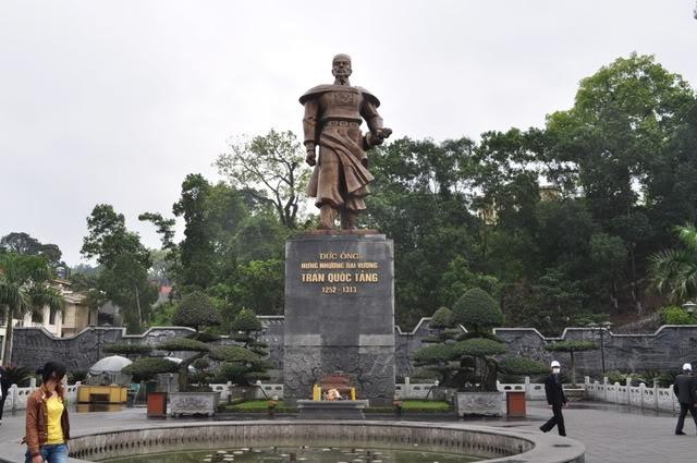 Tượng Hưng Nhượng Đại Vương Trần Quốc Tảng tại đền Cửa Ông