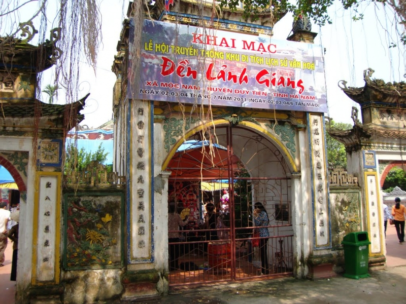 Tam quan đền LẢnh Giang vào lễ hội năm 2012