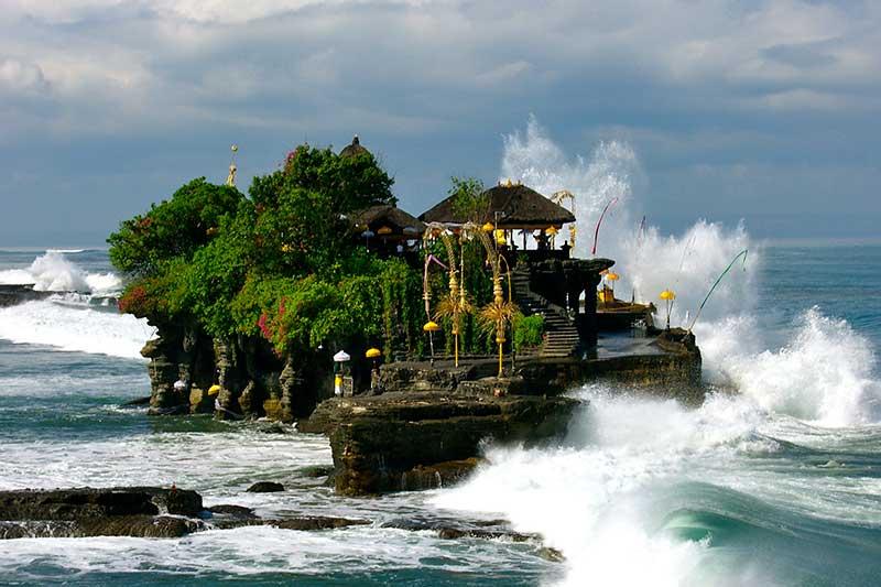 Những con sóng đập vào phiến đá tạo nên một màu trắng dưới chân đền khá sống động