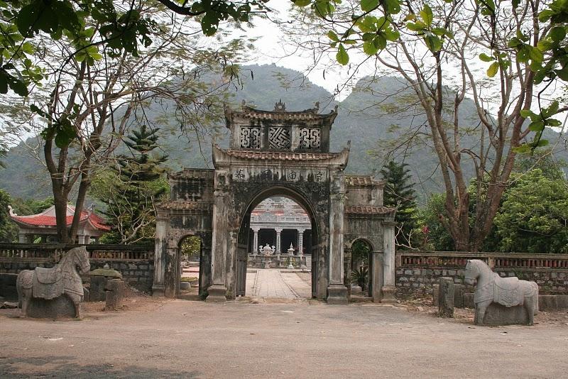 Cổng vào đền Thái Vi