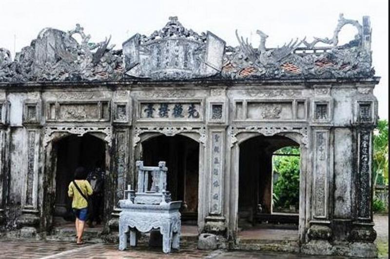 Cổng vào đền thờ Đức Thánh Nguyễn