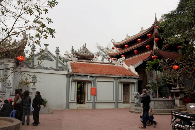 Một góc đền Tiên La-du khách tham quan, chiêm bái tại đền dịp đầu năm