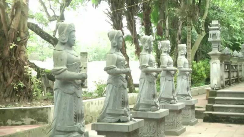 Một số bức tượng được dựng tại khuôn viên của đền Tiên La