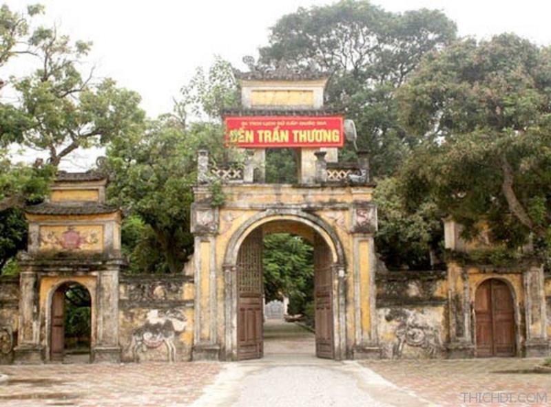 Cổng vào Đền Trần Thương