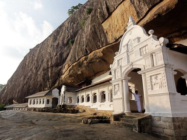 Ngôi đền vàng Dambulla nằm nép mình dưới những núi đá cao chót vót