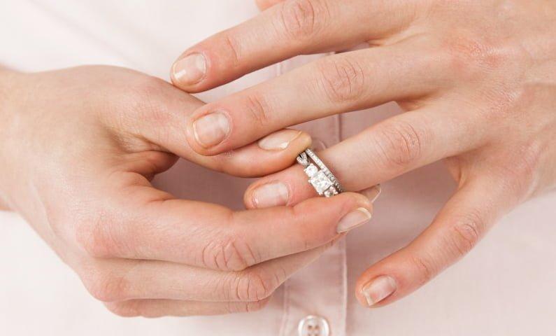 Vaseline giúp tháo nhẫn, tháo vòng tay dễ hơn