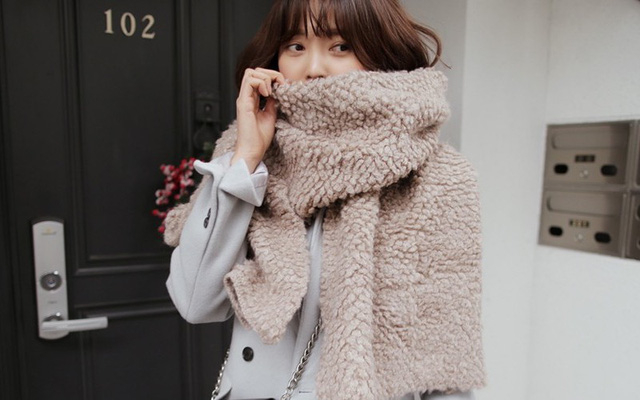 Đeo khăn ấm và khẩu trang mỗi khi ra đường