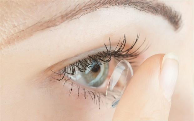 Đeo kính áp tròng khi ngủ cản trở oxy đến giác mạc
